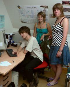 Roman, Tamina und Marina (v.l.) engagieren sich gemeinsam auch außerschulisch bei der Jungen Presse Bayern